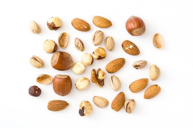 Geassorteerde gemengde noten patroon geïsoleerd op witte achtergrond bovenaanzicht