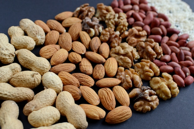 Geassorteerde gemengde noten, pinda's, amandelen, walnoten, pistachenoten, pecannoten, cashewnoten, hazelnoten.