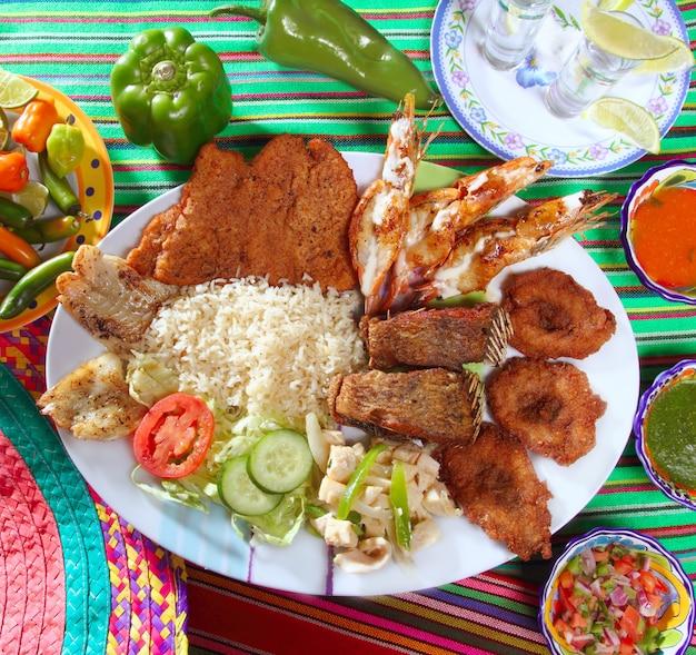 Geassorteerde geroosterde zeevruchten in de tequilaspaanse peper van mexico