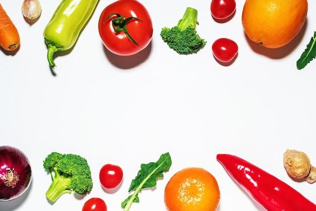 Geassorteerde groenten en fruit op witte ondergrond.