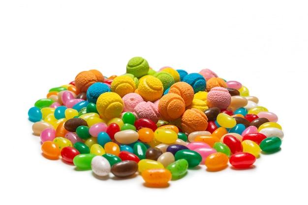 Geassorteerde gummy snoepjes. geleisnoepjes op wit worden geïsoleerd dat.