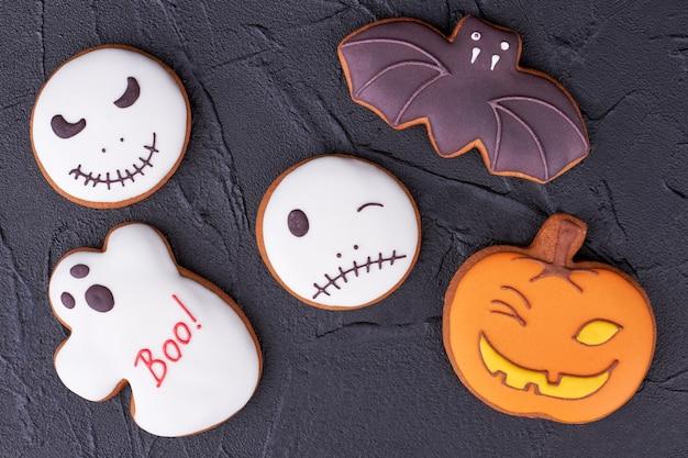 Geassorteerde halloween-koekjes op zwarte leisteen.
