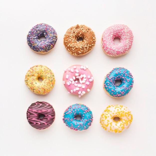 Geassorteerde heerlijke donuts bovenaanzicht