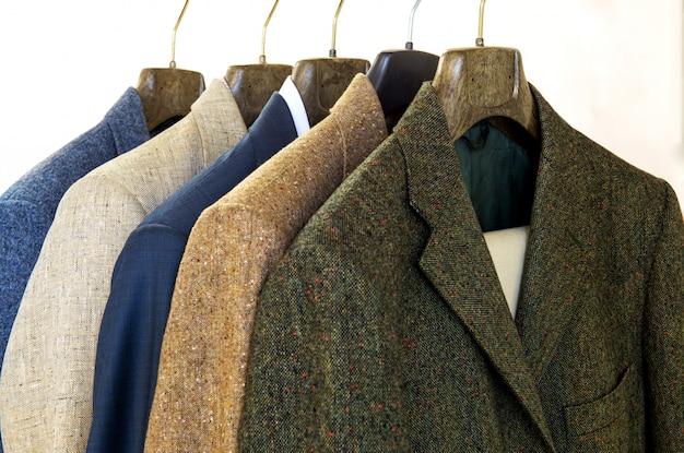 Geassorteerde heren jassen op hangers