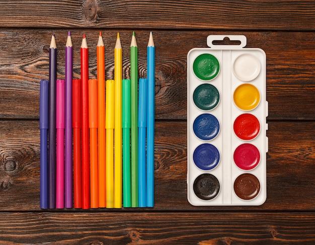 Geassorteerde kleuren markeerstiften en potloden met waterverf