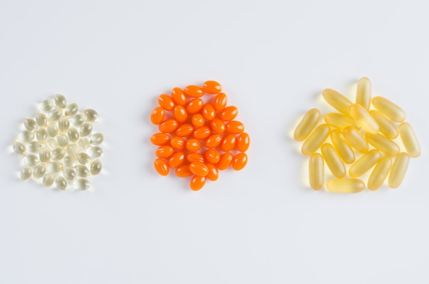 Geassorteerde kleurrijke tabletten, pillen, drugs op witte achtergrond. medicatie en gezondheidszorg concept.