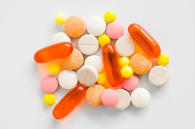 Geassorteerde kleurrijke tabletten, pillen, drugs op witte achtergrond