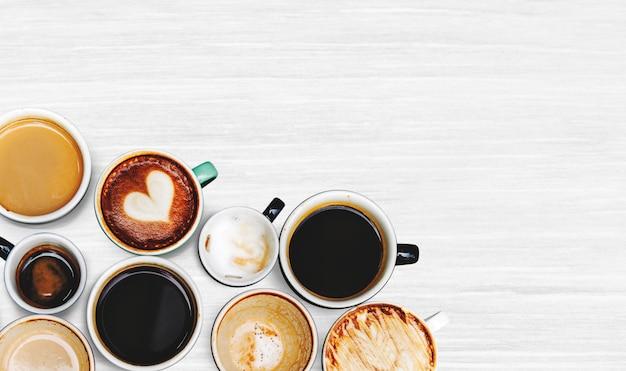 Geassorteerde koffiekoppen op een geweven achtergrond