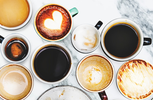 Geassorteerde koffiekoppen op een marmeren achtergrond