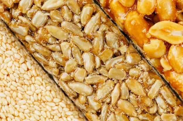 Geassorteerde kozinaki, snoepjes van zonnebloempitten, sesam en pinda's gevuld met briljant glazuur. macro