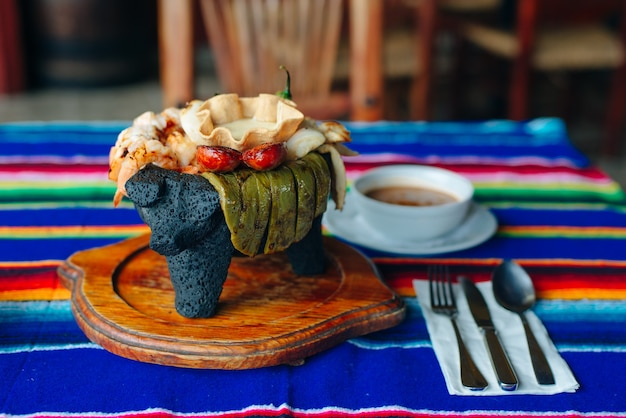 Geassorteerde mexicaanse vleesschotelsauzen met soep in mexicaans restaurant