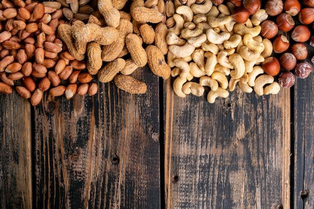 Geassorteerde noten en gedroogde vruchten met pecannoten, pistachenoten, amandel, pinda, cashew, pijnboompitten