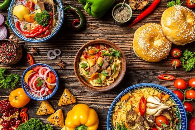Geassorteerde oezbeekse voedselpilaf samsa lagman manty shurpa oezbeekse restaurant
