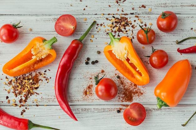 Geassorteerde paprika's, kerstomaatjes en kruiden