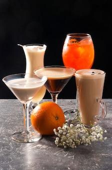 Geassorteerde populaire alcoholische cocktails op een zwarte achtergrond