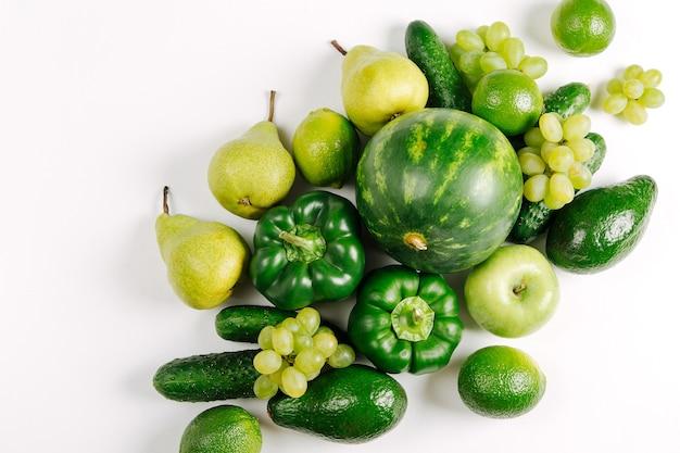 Geassorteerde rauwe verse biologische groene groenten, plat, bovenaanzicht