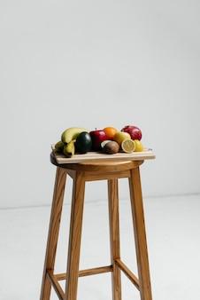 Geassorteerde rijp fruit op een houten bord. gezond dieet