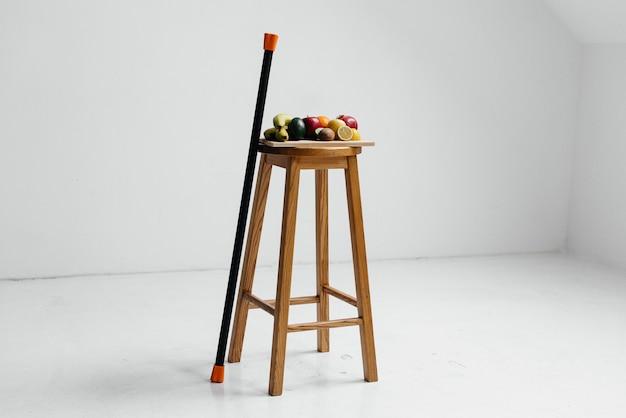 Geassorteerde rijp fruit op een houten bord op een witte achtergrond. gezond dieet
