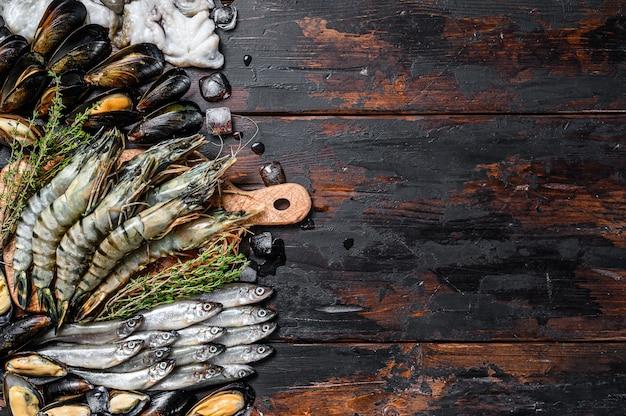 Geassorteerde set van verse zeevruchten tijgergarnalen, garnalen, blauwe mosselen, octopussen, sardines