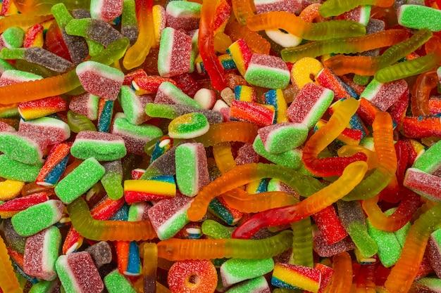 Geassorteerde smakelijke gummy snoepjes. bovenaanzicht. jelly snoepjes achtergrond.