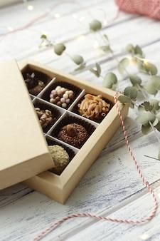 Geassorteerde snoepjes en kerstversieringen