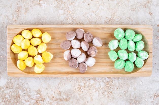 Geassorteerde snoepjes gebundeld in een kleine houten bak
