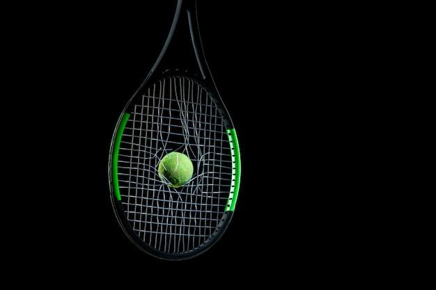 Geassorteerde sportuitrusting die op zwarte studioachtergrond wordt geïsoleerd