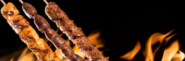 Geassorteerde steakspiesjes in brand
