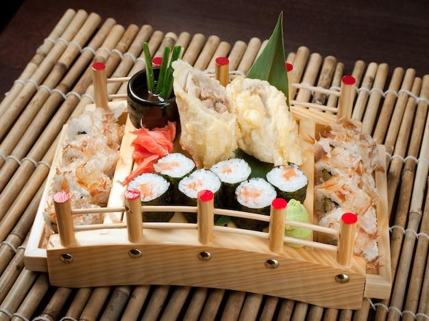 Geassorteerde sushi set traditionele japanse gerechten roll gemaakt van gerookte vis