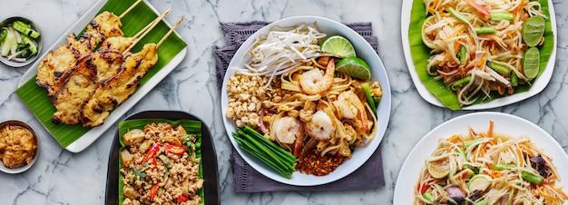 Geassorteerde thais eten in plat lag samenstelling