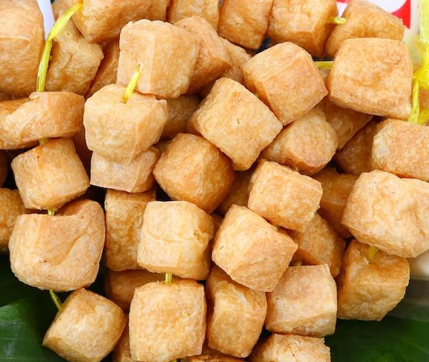 Geassorteerde tofu blokken op de markt