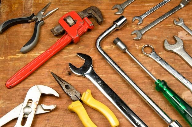 Geassorteerde tools in grunge hout gebruikt door werknemer
