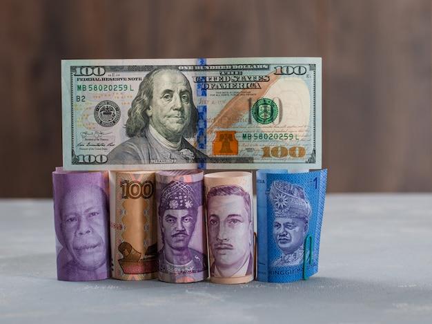 Geassorteerde valuta rekeningen op gips en houten tafel.