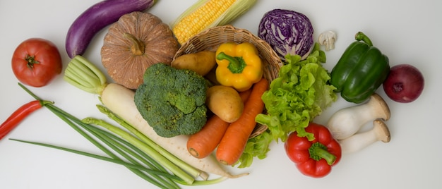 Geassorteerde verse landbouwbedrijfgroenten op witte keukenlijst, gezond natuurvoedingconcept