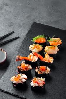 Geassorteerde verse sushi gunkan maki met zeevruchten