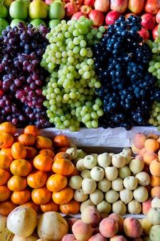 Geassorteerde vruchten bij marktkraam in mercado central, cuzco, peru