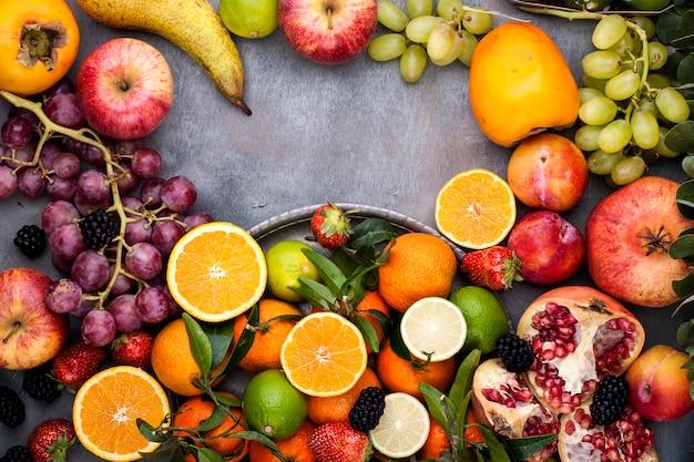 Geassorteerde vruchten op een grijze achtergrond