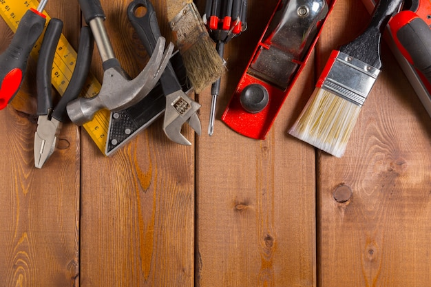 Geassorteerde werkhulpmiddelen op houten achtergrond