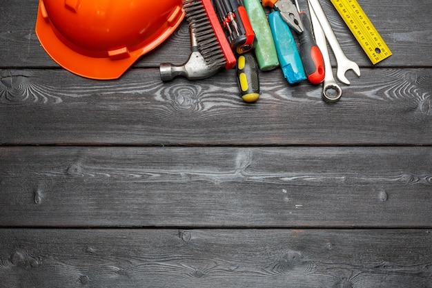 Geassorteerde werktuigen op houten lijst