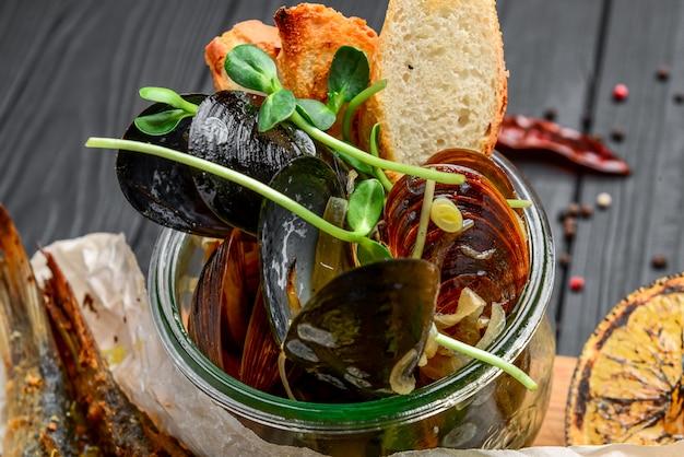 Geassorteerde zeevruchtenhapjes, gebakken vis, mosselen en garnalen op een houten oppervlak