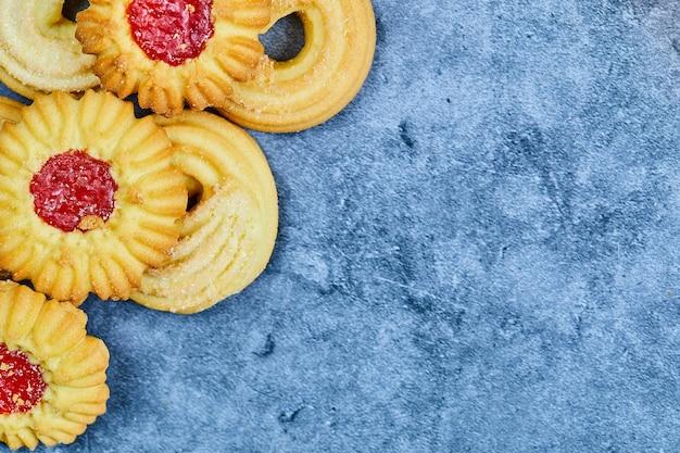 Geassorteerde zelfgemaakte koekjes op blauw.