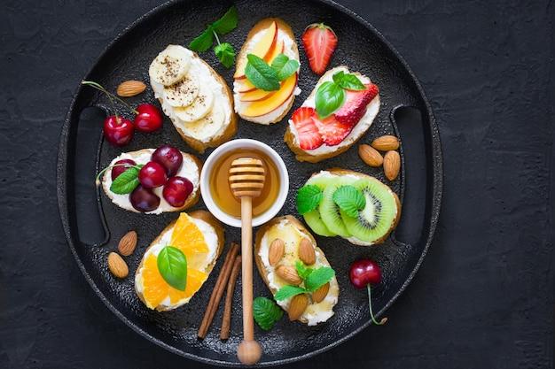 Geassorteerde zomerse zoete snacks. bruschetta of broodjes