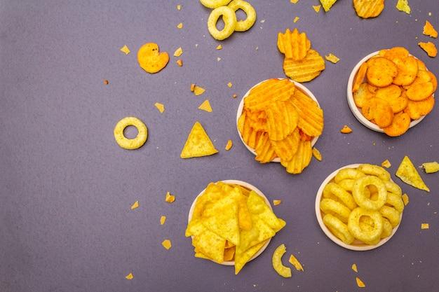 Geassorteerde zoute gekruide snacks.