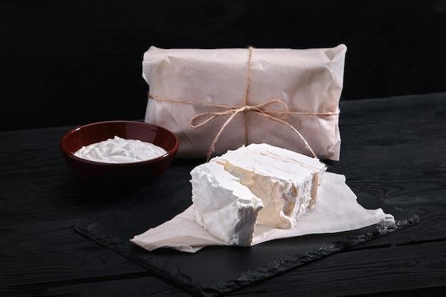 Geassorteerde zuivelproducten melk, yoghurt, kwark, zure room. rustiek stilleven. boerenkoeien zuivelproducten.