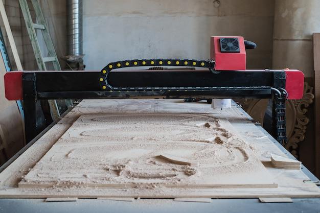 Geautomatiseerde snij-cnc-machine in houten werkplaats