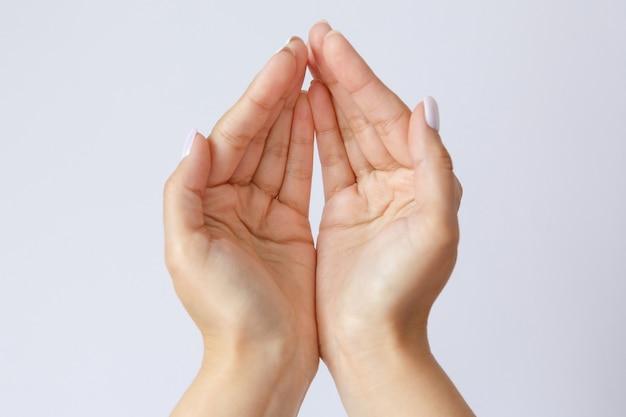 Gebaar en symbool. vrouwenhanden vragen om hulp. het concept van armoede. handen bieden hulp