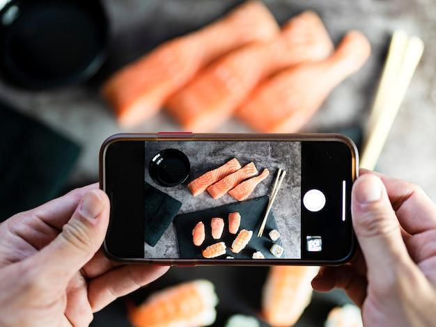 Gebaar om met de hand foto's te maken van heerlijk traditioneel eten. blogger concept