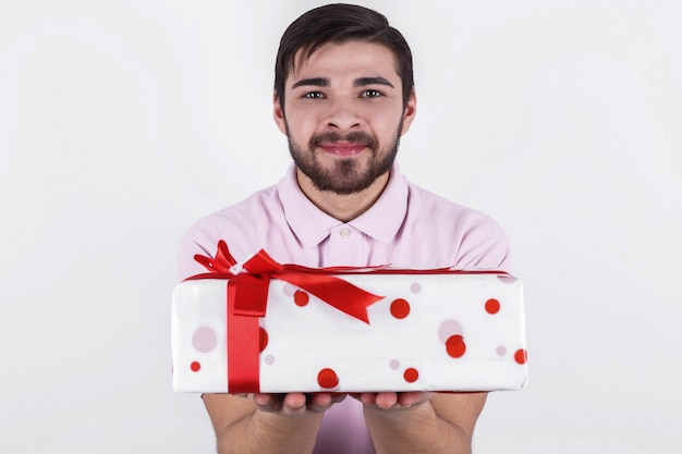 Gebaarde man houdt witte doos met rood lint