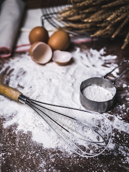 Gebak bakken accessoires bakkerij met bloem en garde.
