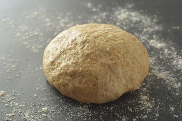 Gebak dought kookproces voor het bakken van brood, italiaanse pizza, pasta of ander gebak. plat leggen.